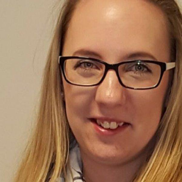 Augenoptik Studentin Lena bei Avermann Contactlinsen Dortmund