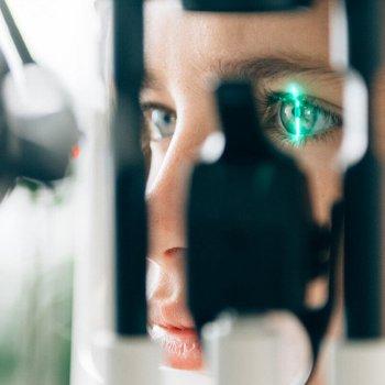 Blindschleiche oder Adlerauge? Myopie-Management kann verhindern, dass Kurzsichtigkeit bei Kindern zunimmt –zum Beispiel mit angepassten Kontaktlinsen.