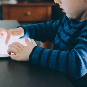 Mediennutzung erhöht das Risiko für Kurzsichtigkeit bei Kindern.