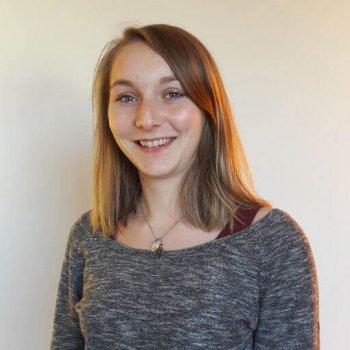 """""""Viel Spaß"""" hat Augenoptik-Studentin und Praktikantin Meike Schneider bei Avermann Contactlinsen in Dortmund. Dabei war es ihr erster, intensiver Kontakt mit Kontaktlinsen. (Foto: Avermann Contactlinsen)"""