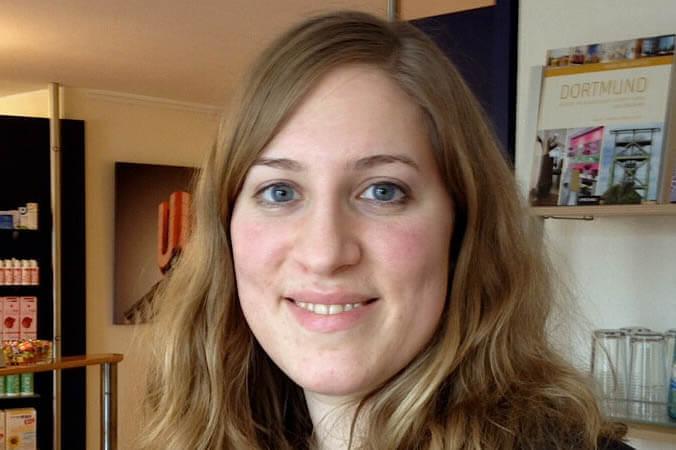 Praktikantin Sarah Klein studiert Augenoptik