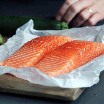 Omega 3-Fettsäuren, im Lachs bspw. ausreichend vorhanden, helfen dem Tränenfilm:
