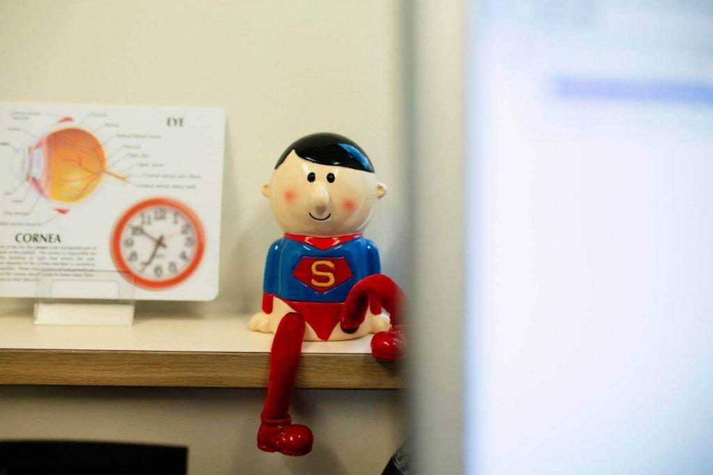Superman im Avermann Kontaktlinseninstitut in Dortmund